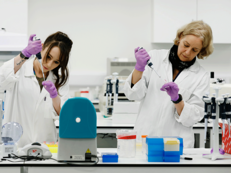 Women scientists in lab